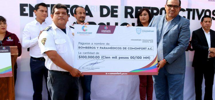 Otorgan donativo a Bomberos y uniformes a personal de Servicios Municipales