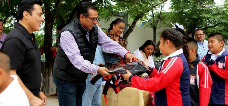 Entregan mochilas a comunidades indígenas