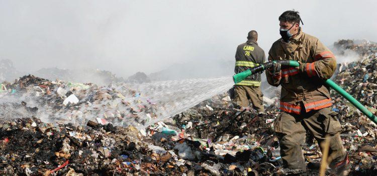 Controlan incendio en basurero